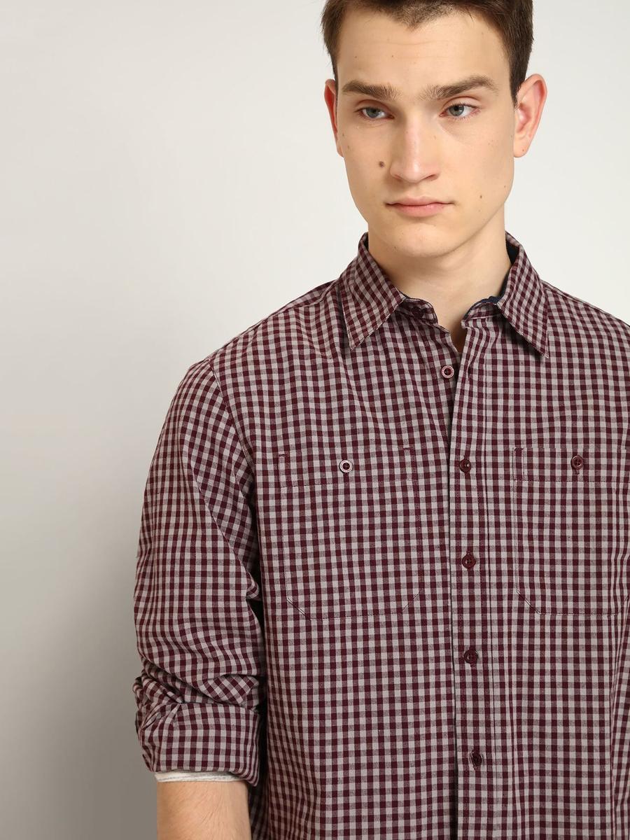 РубашкаSKL2070CEМужская рубашка выполнена из хлопка и оформлена клетчатым принтом. Спереди изделие дополнено накладными карманами и застегивается на пуговицы. Модель со стандартным длинным рукавом и отложным воротником.