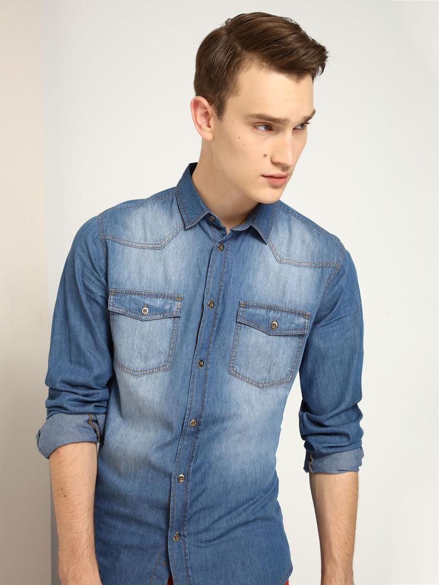 РубашкаSKL2069NIДжинсовая приталенная рубашка выполнена из хлопка. Спереди изделие дополнено накладными карманами и застегивается на пуговицы. Модель со стандартным длинным рукавом и отложным воротником.