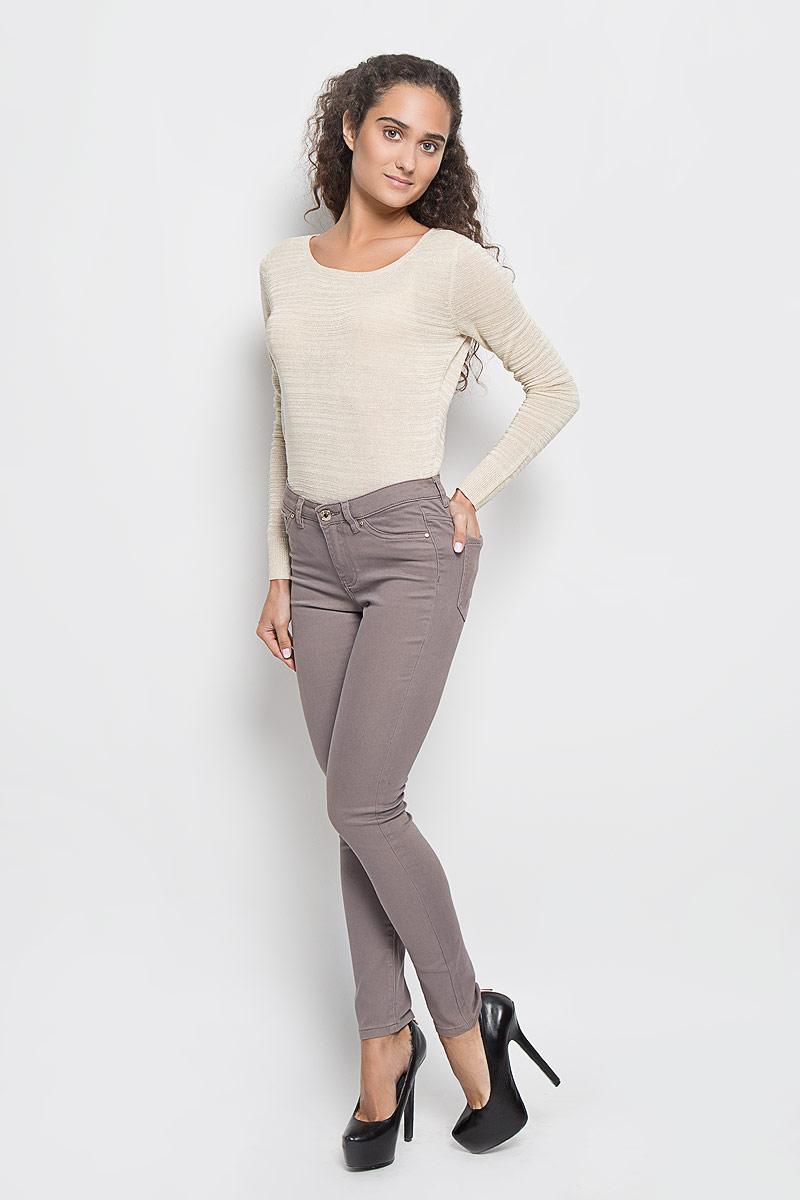 БрюкиP-115/770-6342Стильные женские брюки Sela созданы специально для того, чтобы подчеркивать достоинства вашей фигуры. Модель зауженного кроя и средней посадки станет отличным дополнением к вашему современному образу. Брюки застегиваются на пуговицу в поясе и ширинку на застежке-молнии, имеются шлевки для ремня. Спереди модель дополнена двумя втачными карманами и небольшим накладным кармашком, а сзади - двумя накладными карманами. Эти модные и в тоже время комфортные брюки послужат отличным дополнением к вашему гардеробу.