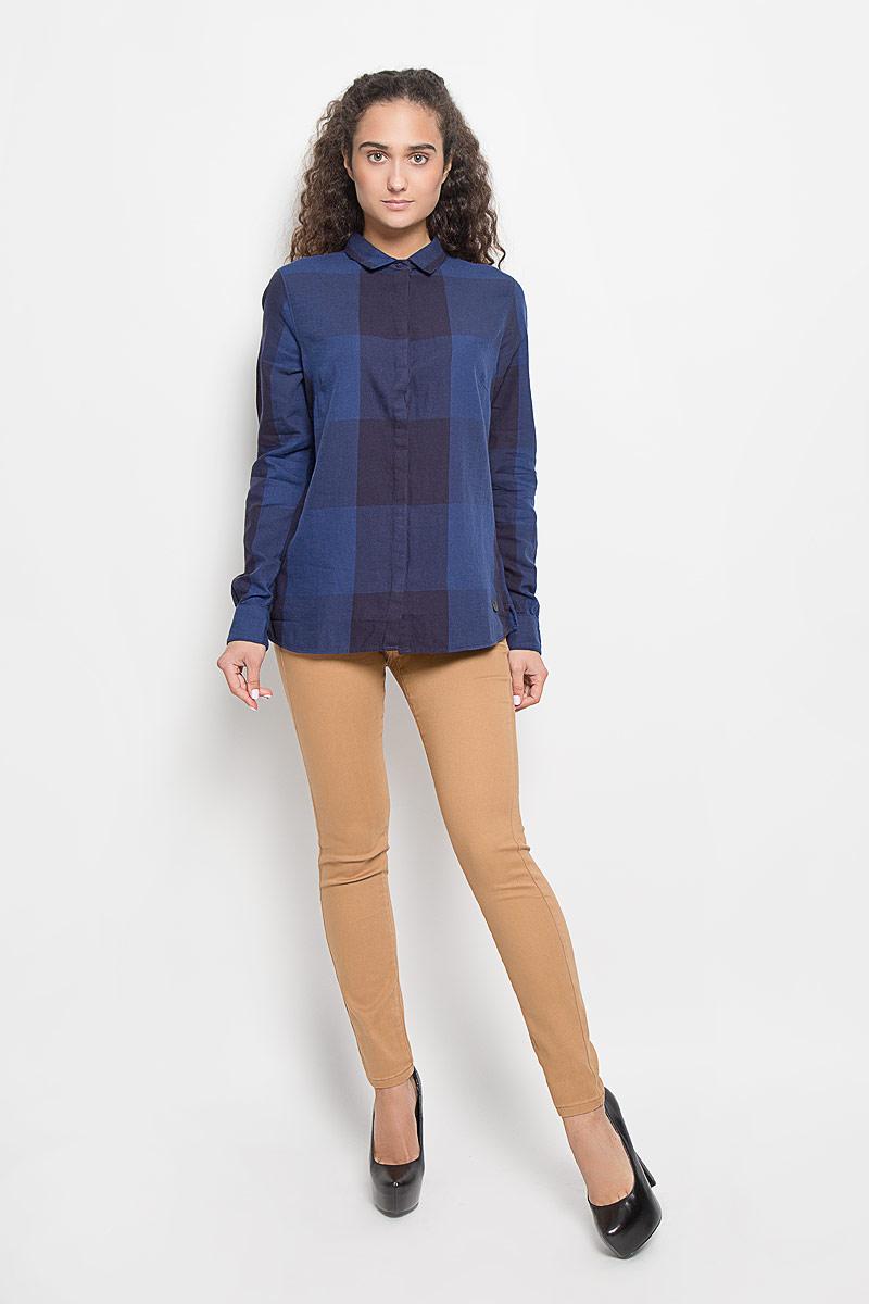 РубашкаL47VLDLRСтильная женская рубашка Lee, выполненная из натурального хлопка, подчеркнет ваш уникальный стиль и поможет создать оригинальный образ. Такой материал великолепно пропускает воздух, обеспечивая необходимую вентиляцию, а также обладает высокой гигроскопичностью. Рубашка с длинными рукавами и отложным воротником застегивается на пуговицы спереди. Модель оформлена принтом в клетку. Классическая рубашка - превосходный вариант для базового гардероба и отличное решение на каждый день. Такая рубашка будет дарить вам комфорт в течение всего дня и послужит замечательным дополнением к вашему гардеробу.