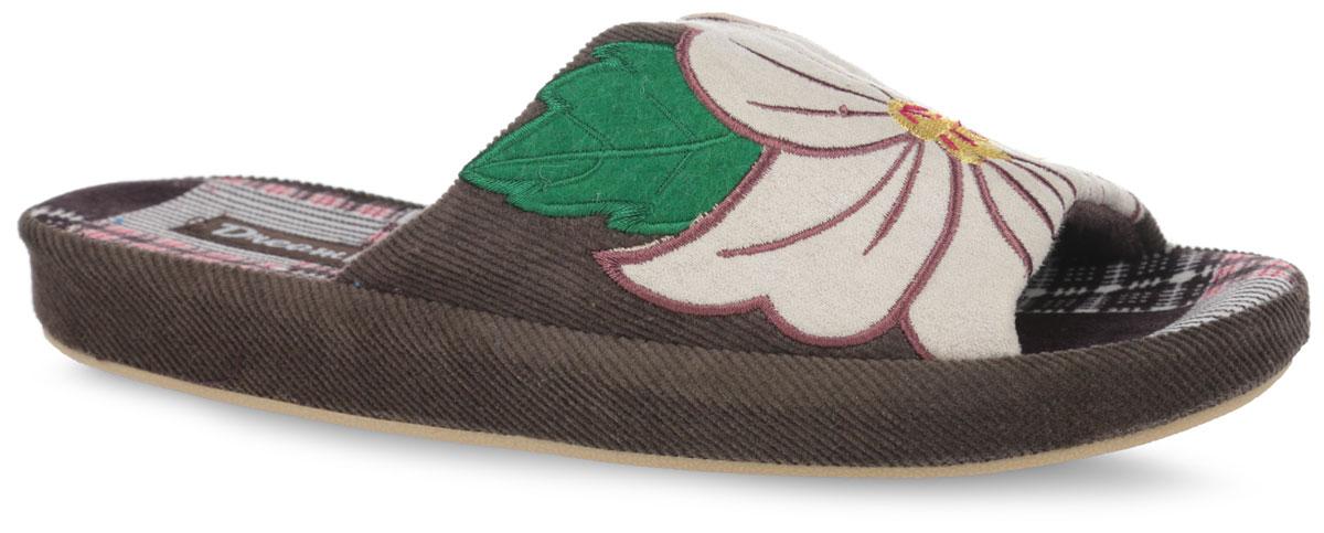 DF12-19W_REDКомфортные женские тапки от Dream Feet помогут отдохнуть вашим ножкам после трудового дня. Внешняя сторона тапок выполнена из текстиля и оформлена декоративной нашивкой в виде цветка. Стелька из мягкого текстиля комфортна при ходьбе. Утолщенная подошва изготовлена из легкого и гибкого ПВХ. Рифленая поверхность подошвы защищает изделие от скольжения. Изделие не теряет форму, а подошва не деформируется даже после стирки в машинке. Такие стильные и удобные тапки будут прекрасно смотреться с домашним халатом или мягким домашним костюмом.