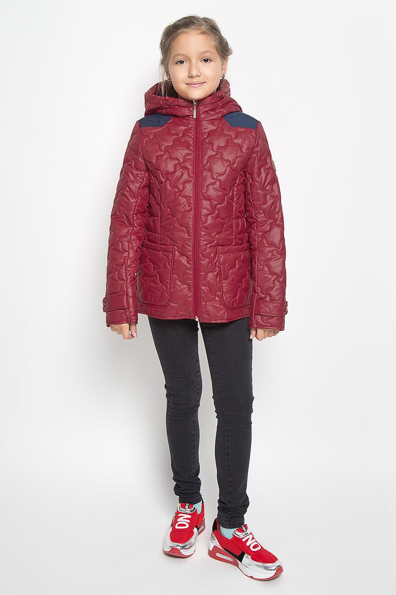 Куртка64053_BOG_вар.1Стильная стеганая куртка Boom! идеально подойдет для вашей принцессы в прохладное время года. Модель изготовлена из 100% полиэстера. Подкладка выполнена из полиэстера с добавлением вискозы. В качестве утеплителя используется синтепон - 100% полиэстер. Куртка с капюшоном застегивается на застежку-молнию. Капюшон дополнен эластичным шнурком со стопперами. Спереди изделие дополнено двумя накладными карманами. На манжетах рукавов предусмотрены хлястики с застежками-кнопками. С внутренней стороны по бокам изделие дополнено вшитыми эластичными резинками. Один из рукавов оформлен фирменной нашивкой, низ спинки - фирменной светоотражающей нашивкой. Нашивки в области локтей и на верхней части спинки из плотного текстиля предотвратят истирание модели. Такая стильная куртка станет прекрасным дополнением к гардеробу вашей девочки, она подарит комфорт и тепло.