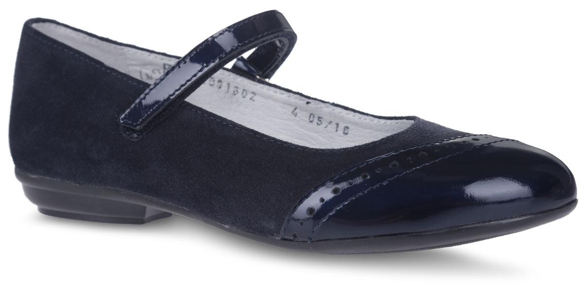 Туфли для девочки. 5-5190016025-519001601Чудесные туфли от фирмы Elegami понравятся вашей юной моднице с первого взгляда. Модель выполнена из натурального велюра. Мыс имеет лаковое покрытие и оформлен декоративной перфорацией. На ноге модель фиксируется с помощью удобного ремешка на застежке-липучке. Подкладка и стелька, изготовленные из натуральной кожи, предотвратят натирание и гарантируют уют. Стелька дополнена супинатором, который обеспечивает правильное положение ноги ребенка при ходьбе, предотвращает плоскостопие. Подошва, выполненная из ТЭП-материала, оснащена рифлением для лучшего сцепления с различными поверхностями. Стильные и удобные туфли - незаменимая вещь в гардеробе каждой школьницы.
