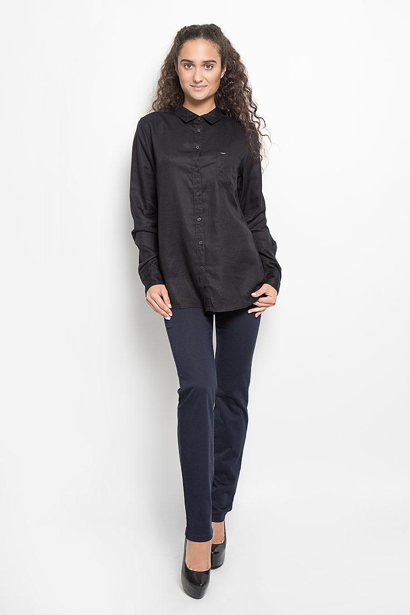 L45QLCJAСтильная женская рубашка Lee, выполненная из лиоцелла, подчеркнет ваш уникальный стиль и поможет создать оригинальный образ. Такой материал великолепно пропускает воздух, обеспечивая необходимую вентиляцию, а также обладает высокой гигроскопичностью. Рубашка с длинными рукавами и отложным воротником застегивается на пуговицы спереди. Манжеты рукавов также застегиваются на пуговицы. Модель дополнена нагрудным карманом. Классическая рубашка - превосходный вариант для базового гардероба и отличное решение на каждый день. Такая рубашка будет дарить вам комфорт в течение всего дня и послужит замечательным дополнением к вашему гардеробу.