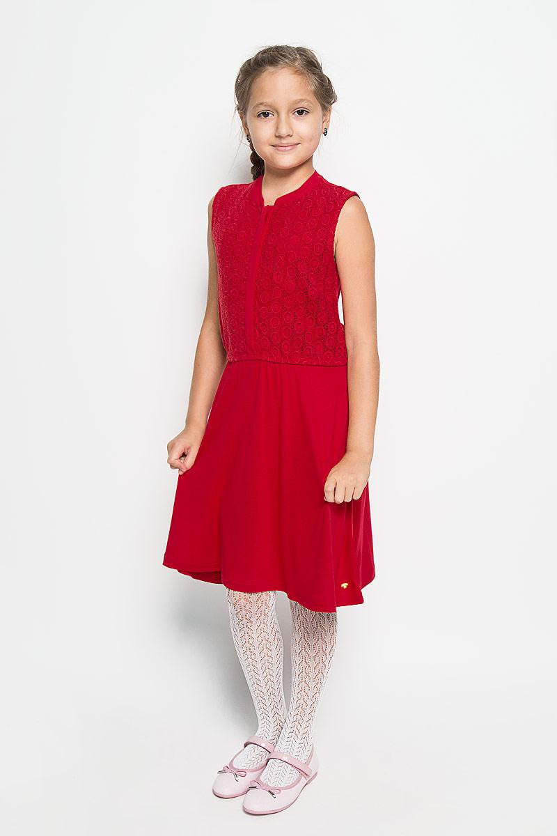 Платье5019145.40.40_4713Очаровательное платье Tom Tailor идеально подойдет вашей дочурке. Платье выполнено из вискозы, оно необычайно мягкое и приятное на ощупь, не сковывает движения ребенка и позволяет коже дышать, не раздражает даже самую нежную и чувствительную кожу ребенка, обеспечивая наибольший комфорт. Платье-миди без рукавов и с круглым вырезом горловины застегивается спереди на пять пластиковых пуговиц. Спереди, верхняя часть модели до пояса оформлена кружевом. На талии расположена эластичная резинка. Оригинальный современный дизайн и модная расцветка делают это платье модным и стильным предметом детского гардероба. В нем ваша девочка будет чувствовать себя уютно и комфортно, и всегда будет в центре внимания!