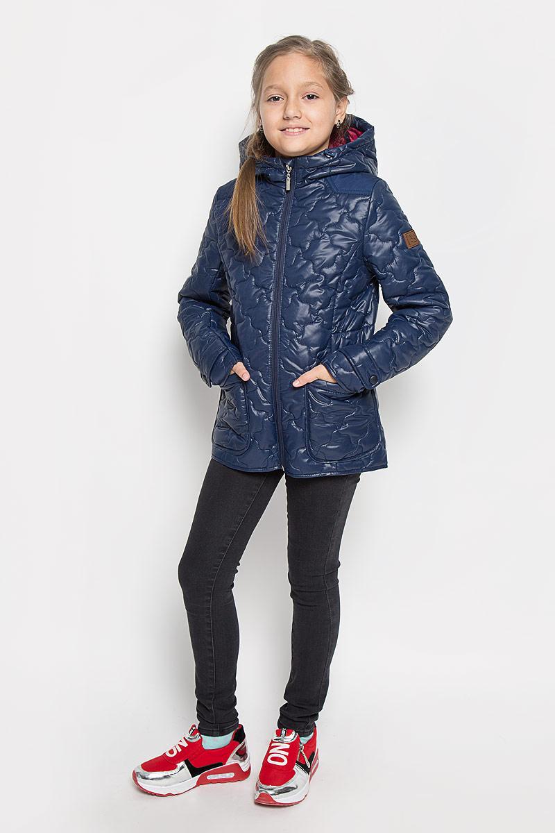 64053_BOG_вар.1Стильная стеганая куртка Boom! идеально подойдет для вашей принцессы в прохладное время года. Модель изготовлена из 100% полиэстера. Подкладка выполнена из полиэстера с добавлением вискозы. В качестве утеплителя используется синтепон - 100% полиэстер. Куртка с капюшоном застегивается на застежку-молнию. Капюшон дополнен эластичным шнурком со стопперами. Спереди изделие дополнено двумя накладными карманами. На манжетах рукавов предусмотрены хлястики с застежками-кнопками. С внутренней стороны по бокам изделие дополнено вшитыми эластичными резинками. Один из рукавов оформлен фирменной нашивкой, низ спинки - фирменной светоотражающей нашивкой. Нашивки в области локтей и на верхней части спинки из плотного текстиля предотвратят истирание модели. Такая стильная куртка станет прекрасным дополнением к гардеробу вашей девочки, она подарит комфорт и тепло.