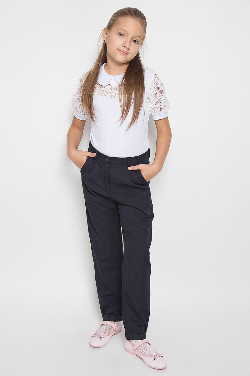 Брюки64125_OLG_вариант 1Стильные зауженные брюки для девочки Orby School - модная и комфортная альтернатива классическим моделям. Они изготовлены из практичной немнущейся костюмной ткани, приятные на ощупь, не сковывают движений и хорошо пропускают воздух. Брюки-бананы застегиваются спереди на пуговицу, а также имеют ширинку на застежке-молнии. На поясе предусмотрены шлевки для ремня. Регулировка в поясе на эластичной тесьме с пуговицами обеспечит идеальную посадку по фигуре. Спереди расположены два втачных кармана, сзади - два прорезных, украшенные кожаными вставками. Брючины дополнены декоративными отворотами. Трендовый силуэт и длина 7/8 позволяют создать модный и стильный образ. Они подходят как для полноценного школьного образа, так и для образа в стиле Casual.