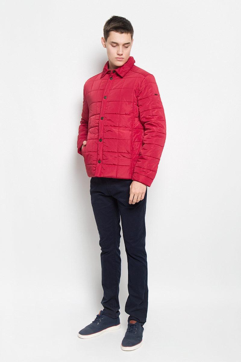 КурткаB536502_DEEP NAVYСтильная стеганая мужская куртка Baon согреет вас в прохладную погоду и позволит выделиться из толпы. Модель выполнена из водоотталкивающего и ветрозащитного материала - 100% полиэстера. Подкладка и утеплитель из 100% полиэстера не дадут замерзнуть. Модель с длинными рукавами и отложным воротником застегивается на шесть металлических кнопок. Спереди куртка дополнена двумя прорезными карманами с застежками-кнопками, с внутренней стороны - двумя прорезными карманами с застежками-молниями. На манжетах предусмотрены застежки-кнопки. Один из рукавов оформлен металлическим элементом в виде названия бренда. Эта модная куртка займет достойное место в вашем гардеробе, в ней вам будет удобно и комфортно.