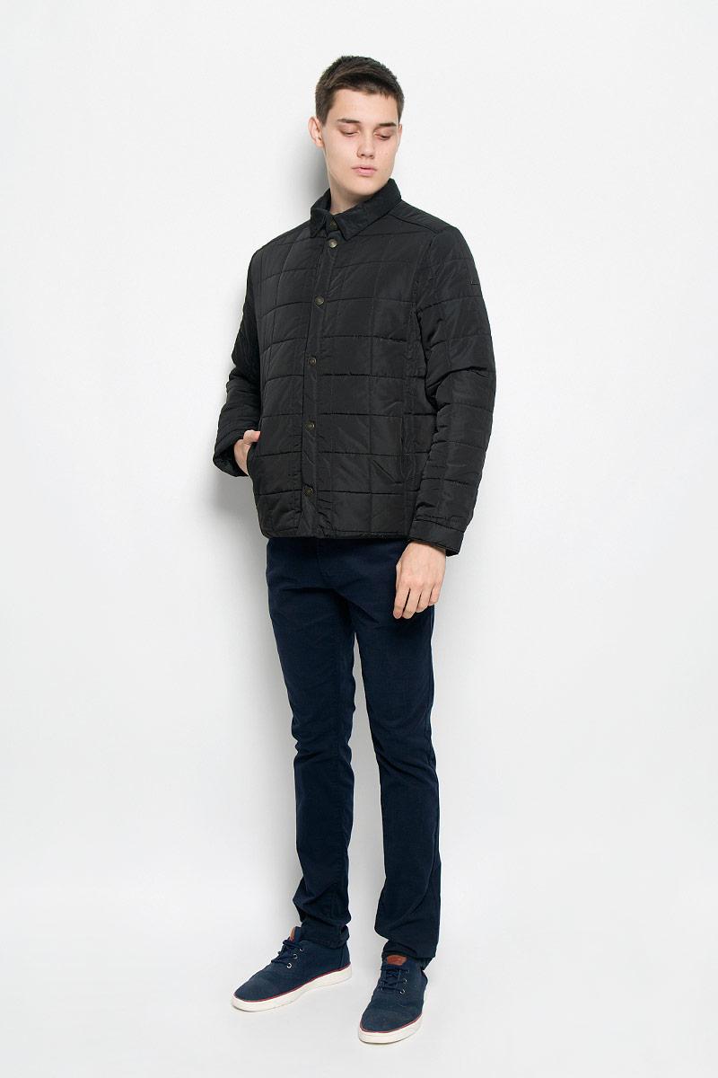 Куртка мужская. B536502B536502_DEEP NAVYСтильная стеганая мужская куртка Baon согреет вас в прохладную погоду и позволит выделиться из толпы. Модель выполнена из водоотталкивающего и ветрозащитного материала - 100% полиэстера. Подкладка и утеплитель из 100% полиэстера не дадут замерзнуть. Модель с длинными рукавами и отложным воротником застегивается на шесть металлических кнопок. Спереди куртка дополнена двумя прорезными карманами с застежками-кнопками, с внутренней стороны - двумя прорезными карманами с застежками-молниями. На манжетах предусмотрены застежки-кнопки. Один из рукавов оформлен металлическим элементом в виде названия бренда. Эта модная куртка займет достойное место в вашем гардеробе, в ней вам будет удобно и комфортно.