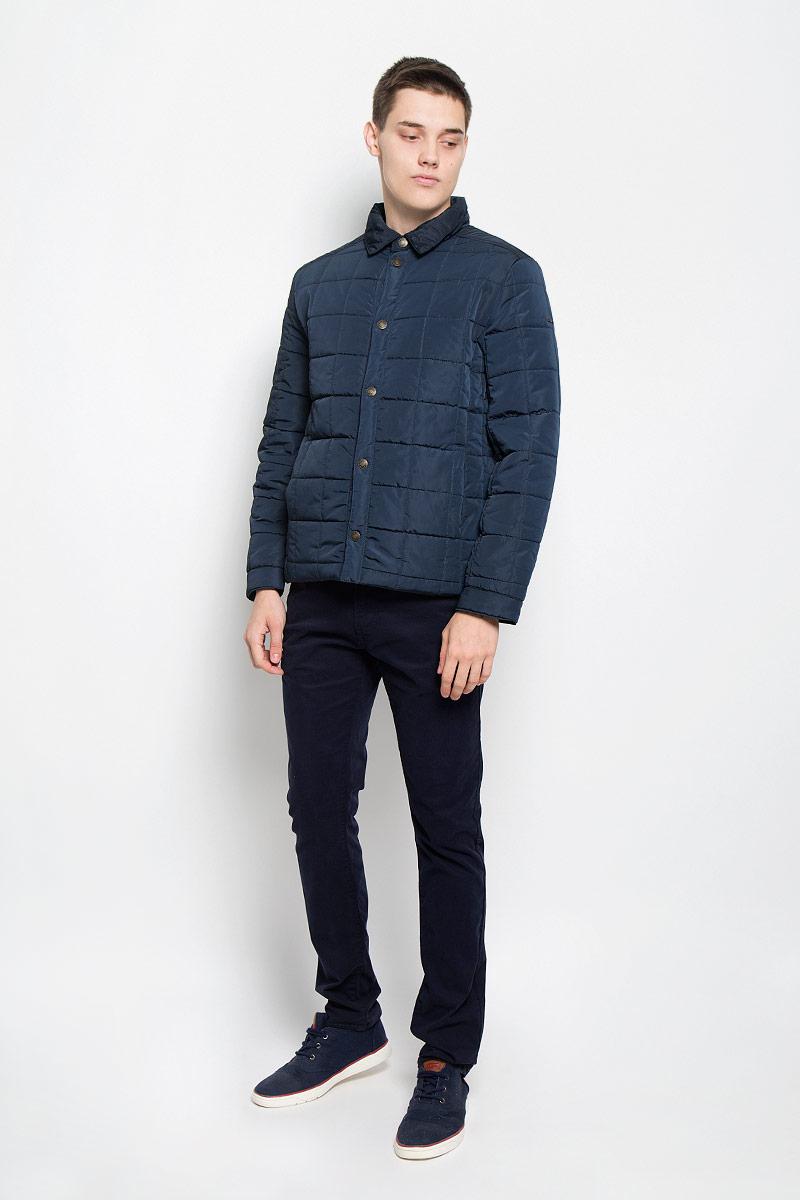 B536502_DEEP NAVYСтильная стеганая мужская куртка Baon согреет вас в прохладную погоду и позволит выделиться из толпы. Модель выполнена из водоотталкивающего и ветрозащитного материала - 100% полиэстера. Подкладка и утеплитель из 100% полиэстера не дадут замерзнуть. Модель с длинными рукавами и отложным воротником застегивается на шесть металлических кнопок. Спереди куртка дополнена двумя прорезными карманами с застежками-кнопками, с внутренней стороны - двумя прорезными карманами с застежками-молниями. На манжетах предусмотрены застежки-кнопки. Один из рукавов оформлен металлическим элементом в виде названия бренда. Эта модная куртка займет достойное место в вашем гардеробе, в ней вам будет удобно и комфортно.