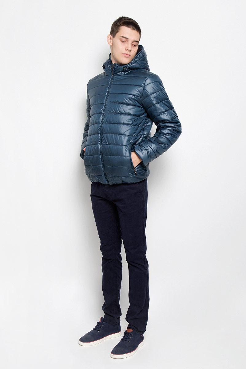 КурткаCp-226/343-6312Стильная мужская куртка Sela согреет вас в прохладную погоду и позволит выделиться из толпы. Модель выполнена из водоотталкивающего и ветрозащитного материала - 100% полиэстера. Материал хорошо пропускает воздух и в тоже время обеспечивает сохранение тепла. Подкладка и утеплитель из 100% полиэстера не дадут замерзнуть. Модель с капюшоном, дополненным эластичным шнурком со стопперами, застегивается на пластиковую застежку-молнию. Спереди куртка дополнена двумя прорезными карманами с застежками-молниями, с внутренней стороны - прорезным боковым карманом. Нижняя часть изделия с внутренней стороны присборена эластичными резинками. Рукава дополнены трикотажными напульсниками. Эта модная куртка займет достойное место в вашем гардеробе, в ней вам будет удобно и комфортно.
