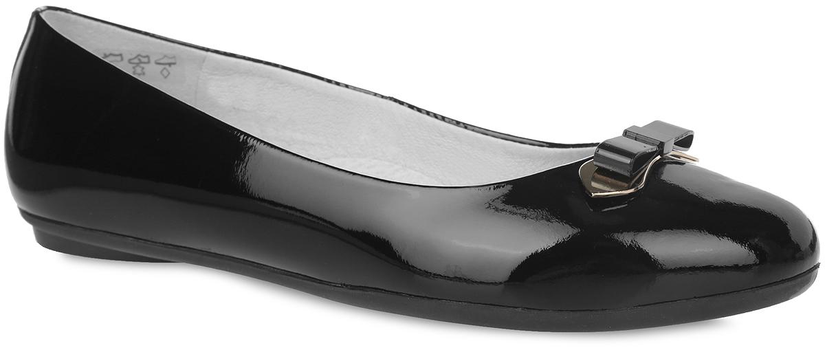 Балетки для девочки. 3/4-515751403/4-515751401Стильные балетки от Elegami придутся по душе вашей юной моднице! Верх модели изготовлен из натурального лака, подкладка - из натуральной кожи, что создает естественный микроклимат. Мыс декорирован металлическим бантом. Стелька из натуральной кожи дополнена супинатором, который обеспечивает правильное положение ноги ребенка при ходьбе, предотвращает плоскостопие. Удобные балетки - незаменимая вещь в коллекции каждой девочки.