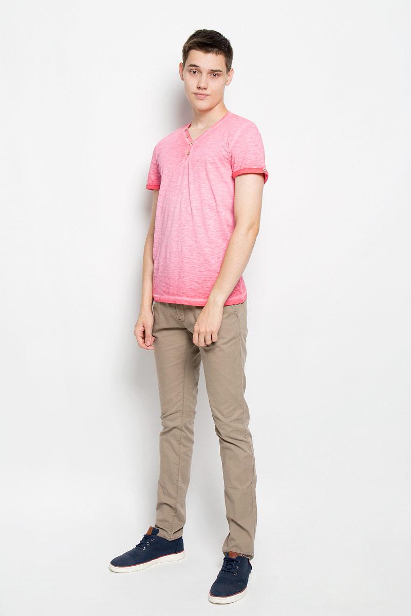 Футболка1034795.00.10_4502Стильная мужская футболка Tom Tailor выполнена из натурального хлопка. Материал очень мягкий и приятный на ощупь, обладает высокой воздухопроницаемостью и гигроскопичностью, позволяет коже дышать. Модель прямого кроя с V-образным вырезом горловины и короткими рукавами. Модель застегивается на груди на две пуговицы. Рукава дополнены декоративными отворотами с пуговицами. На спине футболка оформлена вышивкой California Drive и принтовой надписью на английском языке. Такая модель подарит вам комфорт в течение всего дня и послужит замечательным дополнением к вашему гардеробу.
