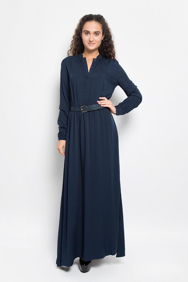 ПлатьеB410_Night ForestЭлегантное платье Baon выполнено из высококачественной 100% вискозы. Такое платье обеспечит вам комфорт и удобство при носке и непременно вызовет восхищение у окружающих. Платье обладает высокой износостойкостью и отлично сидит по фигуре. Модель с длинными рукавами и круглым вырезом горловины выгодно подчеркнет все достоинства вашей фигуры. Платье застегивается на пуговицы спереди, манжеты рукавов также дополнены пуговицами. Пришивная юбка собрана небольшими складками на талии. Платье дополнено двумя втачными карманами. В комплект входит широкий ремень с металлической пряжкой. Изысканное платье-макси создаст обворожительный и неповторимый образ. Это модное и комфортное платье станет превосходным дополнением к вашему гардеробу, оно подарит вам удобство и поможет подчеркнуть ваш вкус и неповторимый стиль.