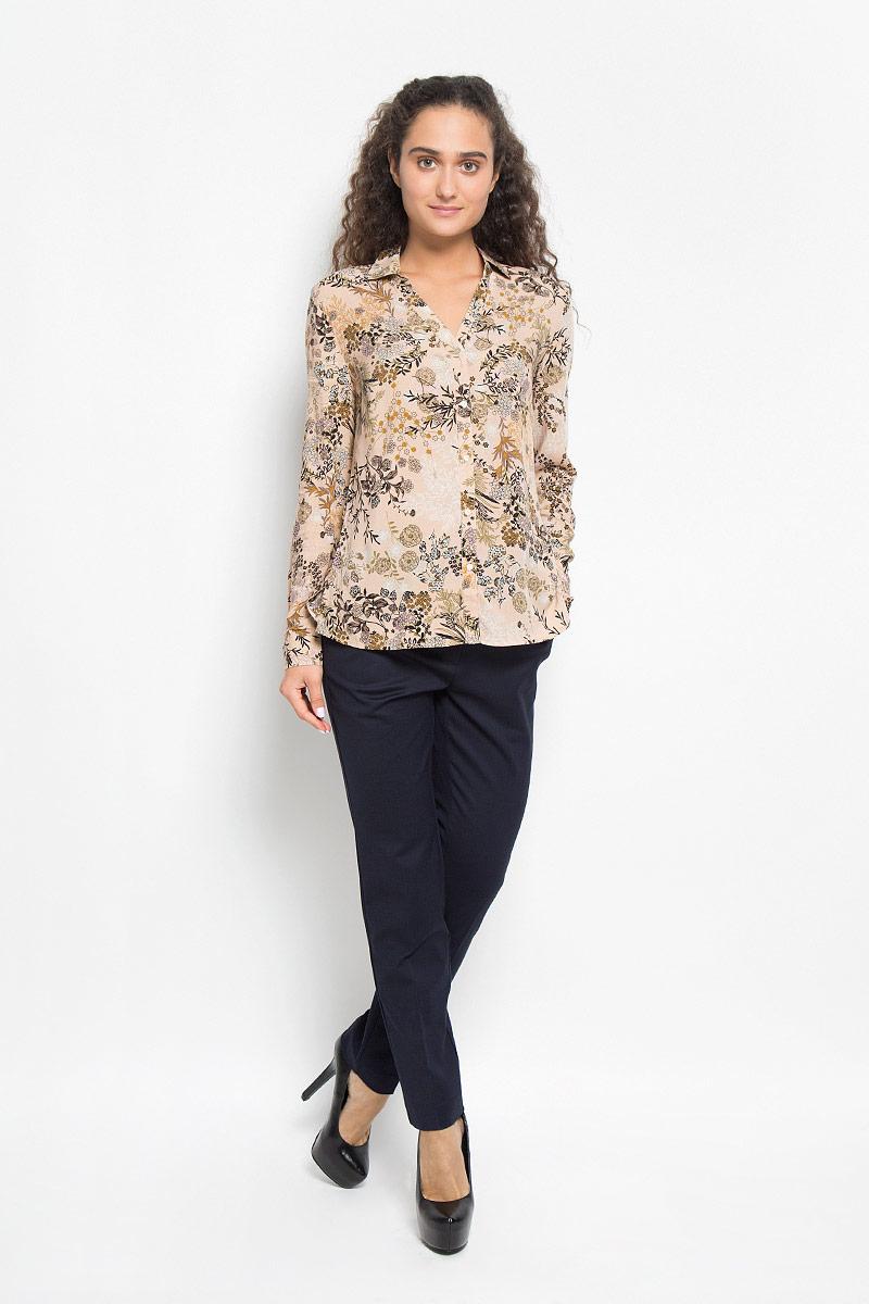 БлузкаB-112/1074-6372Стильная женская блуза Sela, выполненная из вискозы, подчеркнет ваш уникальный стиль и поможет создать оригинальный женственный образ. Модная блузка свободного кроя с отложным воротником и длинными рукавами дополнена спереди V-образным вырезом. Застегивается модель на пять пуговиц. На манжетах предусмотрены застежки-пуговицы. Нижняя часть модели по боковым швам дополнена небольшими разрезами. Модель оформлена оригинальным принтом. Такая блузка будет дарить вам комфорт в течение всего дня и послужит замечательным дополнением к вашему гардеробу.