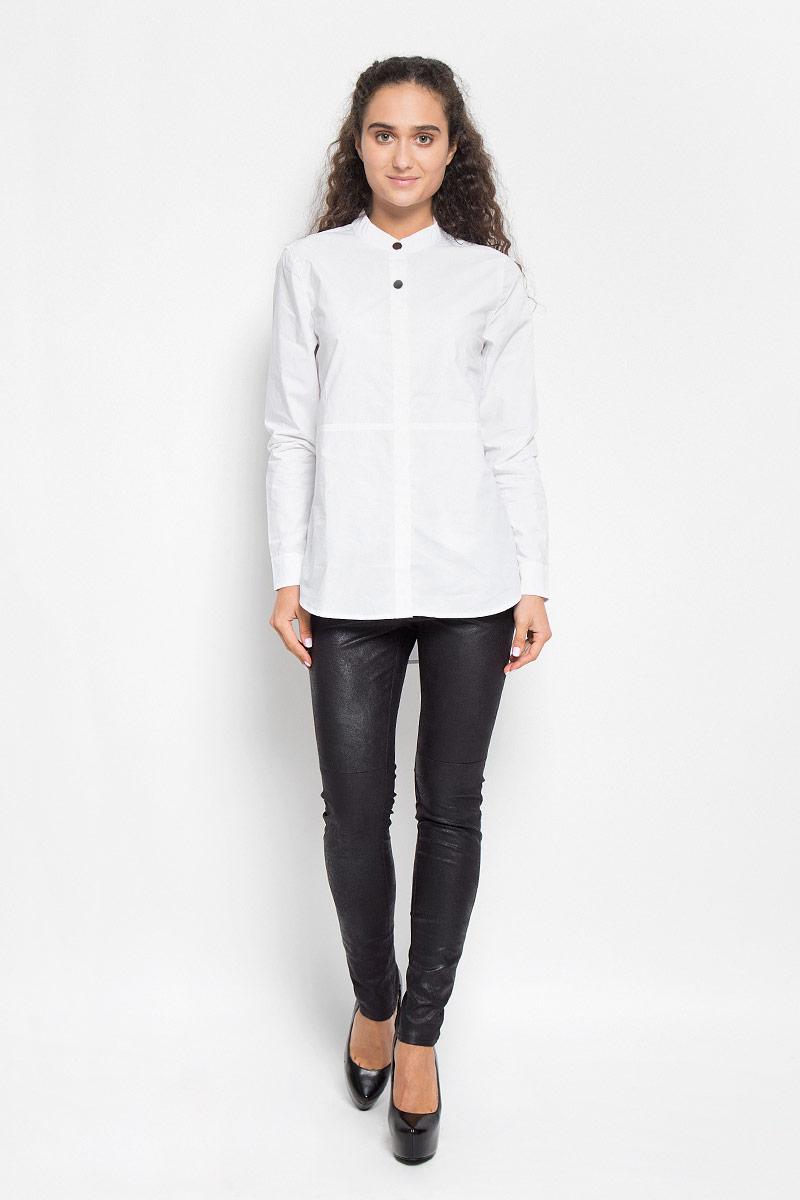 B176517_WHITEСтильная женская блуза Baon, выполненная из натурального хлопка, подчеркнет ваш уникальный стиль и поможет создать оригинальный женственный образ. Модная блузка с воротником- стойкой и длинными рукавами застегивается на четыре пластиковые пуговицы, сверху - на две металлические кнопки. Спинка немного удлинена. На манжетах предусмотрены металлические застежки-кнопки. Такая блузка будет дарить вам комфорт в течение всего дня и послужит замечательным дополнением к вашему гардеробу.