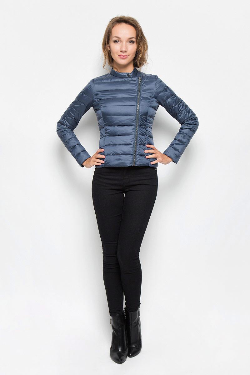 Куртка3532924.01.71_2974Удобная женская куртка Tom Tailor согреет вас в прохладную погоду и позволит выделиться из толпы. Модель с длинными рукавами и воротником-стойкой выполнена из прочного полиэстера, застегивается на диагональную застежку-молнию и кнопку. Спереди куртка дополнена двумя втачными карманами на застежках-молниях. Сзади, в нижнем правом углу, расположена вышивка в виде логотипа бренда. Эта модная и в то же время комфортная куртка - отличный вариант для прогулок, она подчеркнет ваш изысканный вкус и поможет создать неповторимый образ.