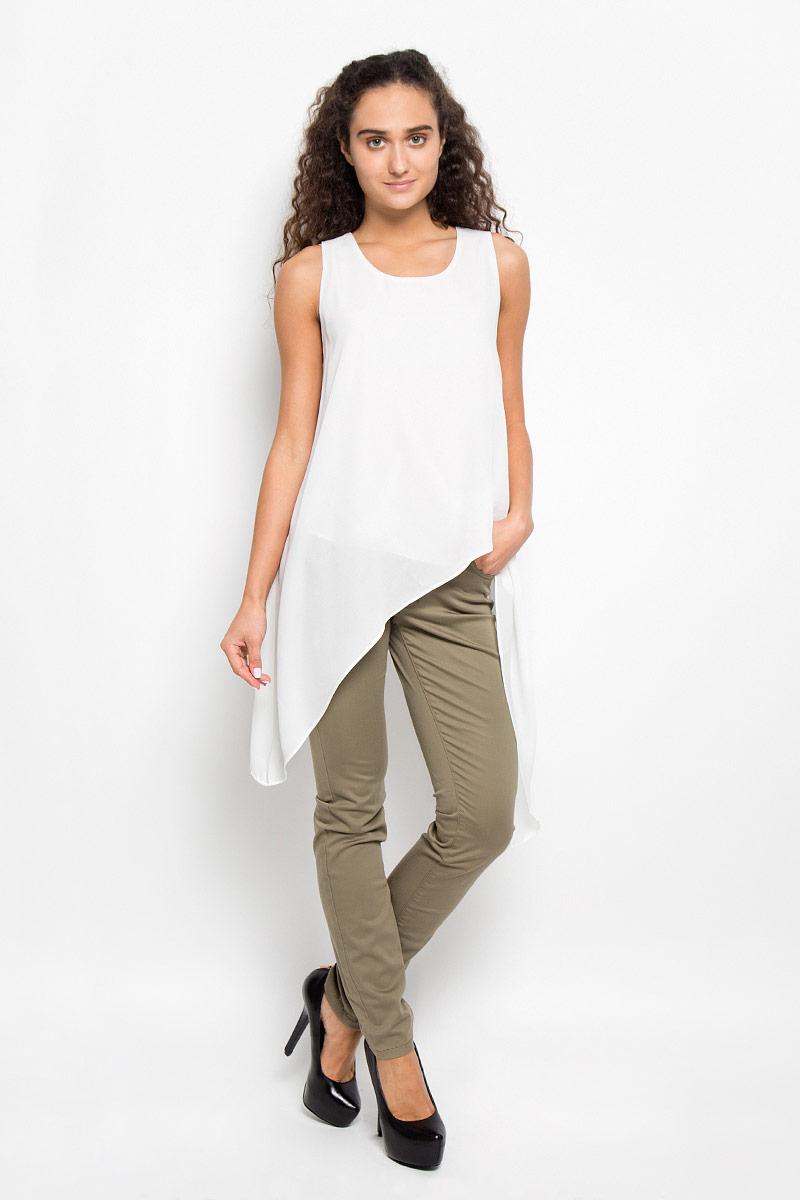 KA5286_WhiteОчаровательная женская блуза Glamorous, выполненная из струящегося материала, подчеркнет ваш уникальный стиль и поможет создать оригинальный женственный образ. Блузка оригинального кроя с круглым вырезом горловины застегивается на пуговицу, расположенную на спинке. Такая блузка послужит замечательным дополнением к вашему гардеробу.