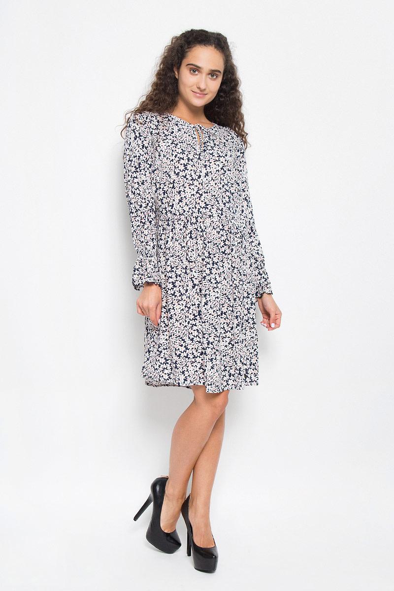 Платье. 5019368.02.715019368.02.71_6901Стильное платье Tom Tailor Denim подчеркнет ваш уникальный стиль и поможет создать оригинальный женственный образ. Модель, изготовленная из вискозы, тактильно приятная и позволяет коже дышать. Платье-миди с круглым вырезом горловины и длинными рукавами оформлено цветочным принтом. Вырез горловины дополнен завязками. Застегивается изделия на боковую застежку- молнию. Манжеты рукавов присборены тонкими резинками. Края рукавов декорированы специальной строчкой, образующей волнистый край. Такое платье станет стильным дополнением к вашему гардеробу.