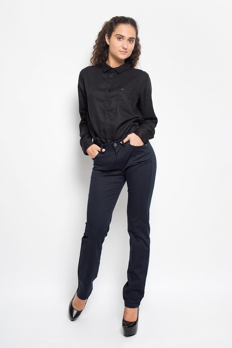 047511065/884Стильные женские брюки Marc OPolo выполнены из хлопка и вискозы с добавлением эластана. Брюки прямого кроя и стандартной посадки станут отличным дополнением к вашему образу. Застегиваются брюки на пуговицу на поясе и ширинку на застежке-молнии. Изделие имеет шлевки для ремня. Спереди модель оформлена двумя втачными карманами, оформленными металлическими заклепками, и накладным маленьким кармашком, сзади - двумя накладными карманами. Эти модные и в тоже время комфортные брюки послужат отличным дополнением к вашему гардеробу. В них вы всегда будете чувствовать себя уютно и комфортно.