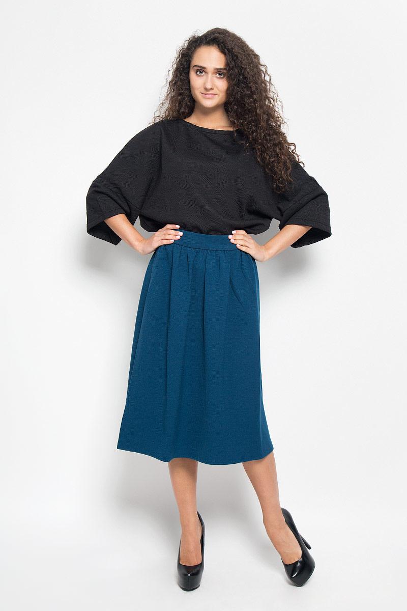 B476527_BLACKМодная юбка Baon, выполненная из полиэстера и вискозы с добавлением эластана, обеспечит вам комфорт и удобство при носке. Материал изделия плотный и приятный на ощупь. Юбка-миди застегивается сзади на металлическую застежку-молнию. По бокам расположены два прорезных кармана. Модная юбка выгодно освежит и разнообразит ваш гардероб. Создайте женственный образ и подчеркните свою яркую индивидуальность!