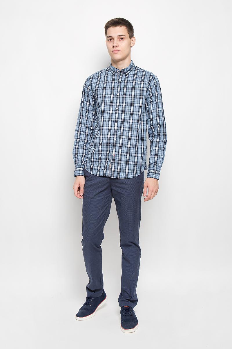 РубашкаB676518_DEEP NAVY CHECKEDМужская рубашка Baon, выполненная из натурального хлопка, идеально дополнит ваш образ. Материал мягкий и приятный на ощупь, не сковывает движения и позволяет коже дышать. Рубашка классического кроя с длинными рукавами и отложным воротником застегивается на пуговицы по всей длине и оформлена оригинальным принтом. На манжетах предусмотрены застежки-пуговицы. Края воротника пристегиваются к рубашке с помощью пуговиц. Такая модель будет дарить вам комфорт в течение всего дня и станет стильным дополнением к вашему гардеробу.
