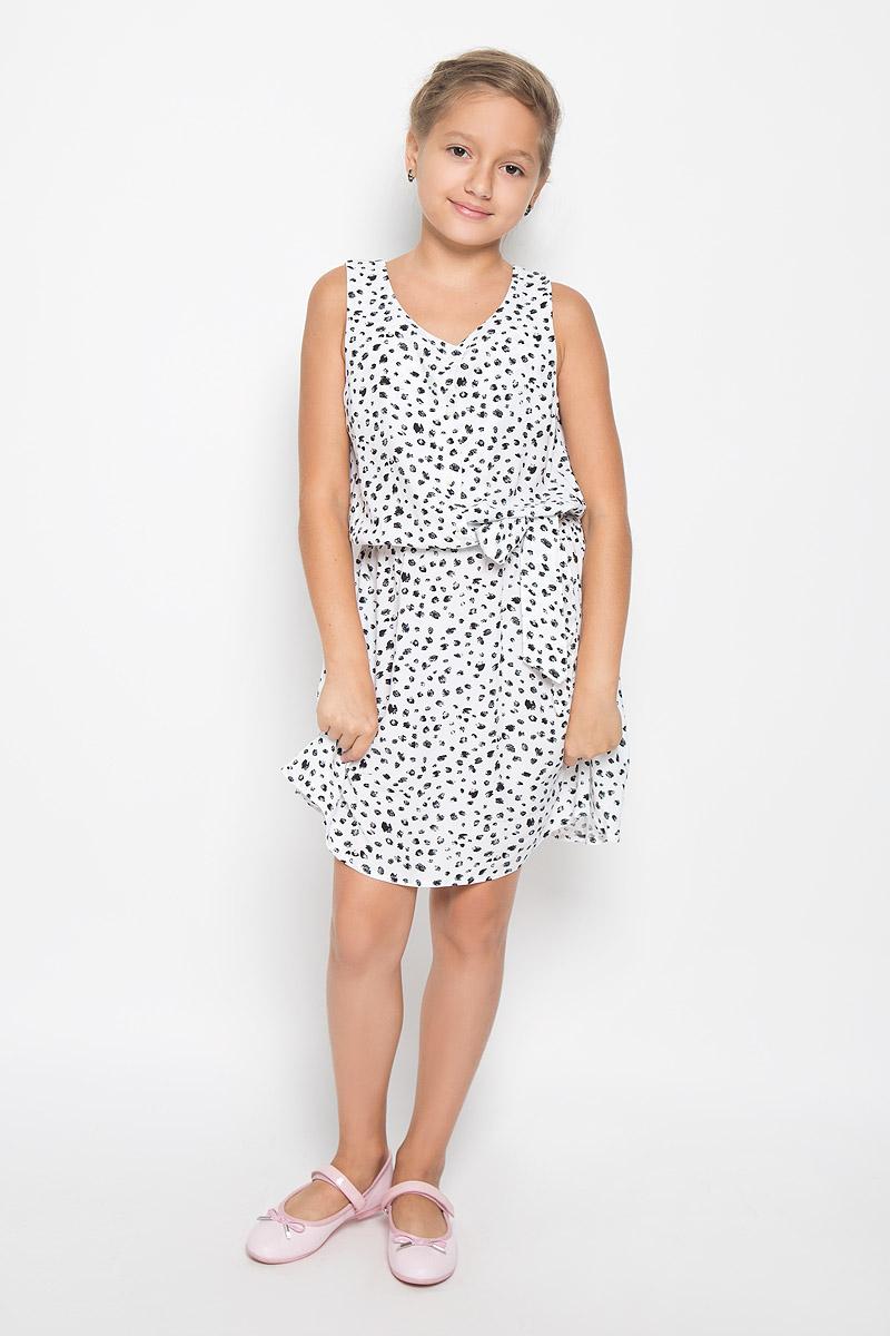 KS16-71047JЛегкое и красивое платье для девочки Finn Flare Kids станет отличным дополнением к гардеробу маленькой модницы. Изготовленное из высококачественной вискозы, оно мягкое и приятное на ощупь, не сковывает движения и хорошо пропускает воздух. Платье с круглым вырезом горловины выполнено в легком струящемся стиле. На модели завязывается пояс, а на талии платье удерживается с помощью вшитой резинки. Изделие оформлено контрастным принтом и на груди дополнено пуговицами-застежками в виде цветочка. В таком платье маленькая принцесса всегда будет в центре внимания!