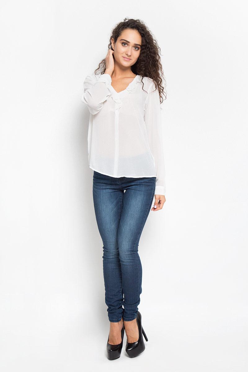 2032095.00.75_8210Стильная женская блуза Tom Tailor, выполненная из 100% полиэстера, подчеркнет ваш уникальный стиль и поможет создать оригинальный женственный образ. Блузка с длинными стандартными рукавами и с V-образным вырезом горловины. Вырез гармонично оформлен нежной оборкой. Манжеты застегиваются на пуговицы. Такую блузу можно использовать для делового стиля, так же она отлично подойдет для повседневного использования. Эта блузка будет дарить вам комфорт в течение всего дня и послужит замечательным дополнением к вашему гардеробу.