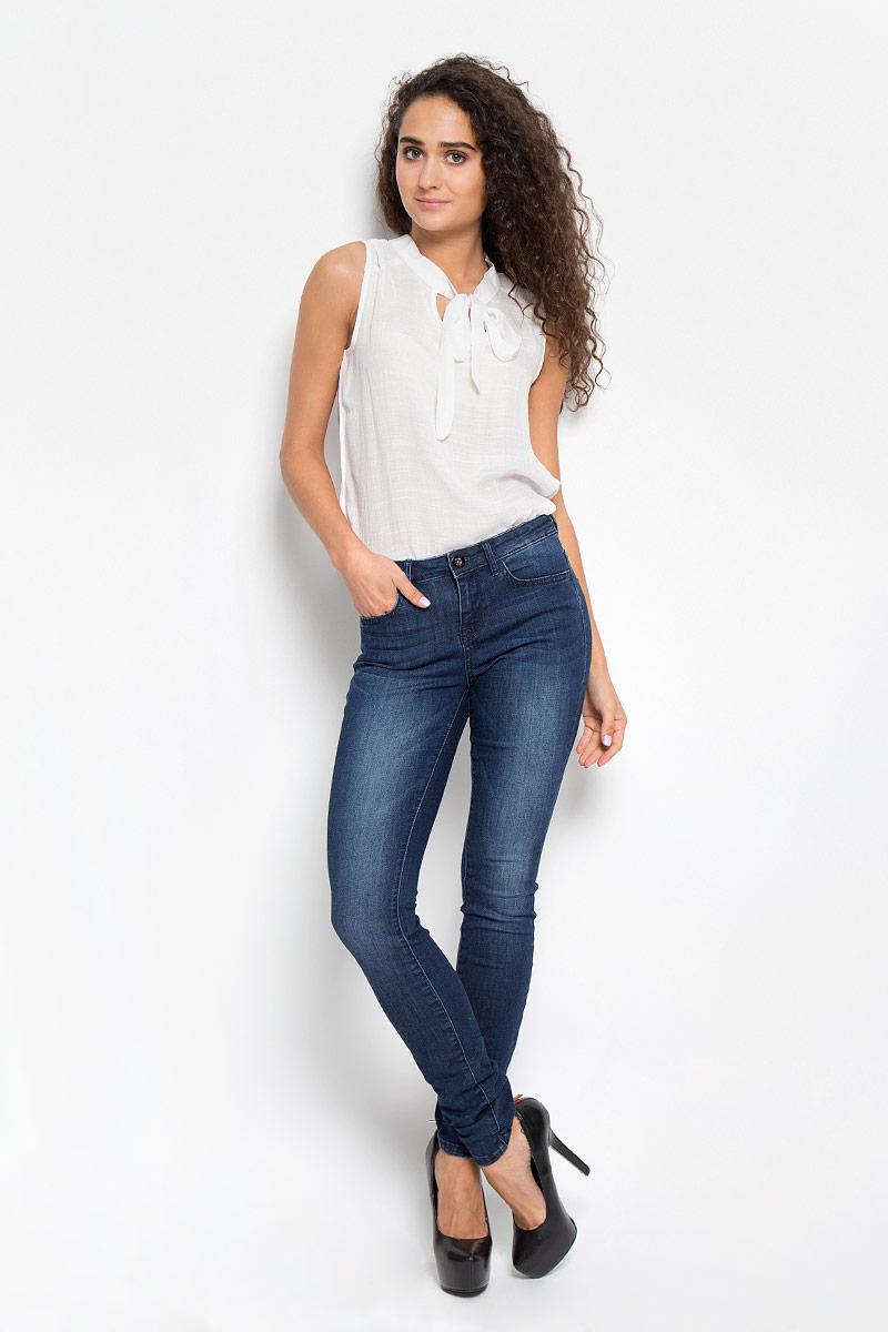 Джинсы женские. 6204919.09.756204919.09.75_1070Женские джинсы Tom Tailor изготовлены из эластичного хлопка. Они мягкие и приятные на ощупь, не стесняют движений и позволяют коже дышать, обеспечивая комфорт при носке. Джинсы-скинни застегиваются на металлическую пуговицу и имеют ширинку на застежке- молнии. На поясе предусмотрены шлевки для ремня. Спереди расположены два втачных кармана и один маленький накладной, сзади - два накладных кармана. Модель оформлена перманентными складками. Высокое качество кроя и пошива, актуальный дизайн и расцветка придают изделию неповторимый стиль и индивидуальность. Джинсы займут достойное место в вашем гардеробе!