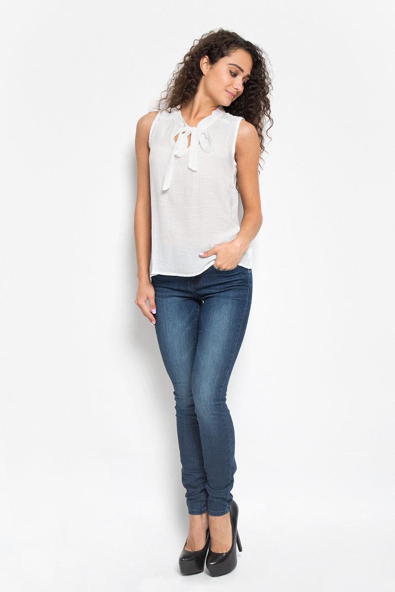 Блузка2032091.00.75_6946Воздушная женская блуза Tom Tailor, выполненная из полиэстера с добавлением вискозы, подчеркнет ваш уникальный стиль и поможет создать оригинальный женственный образ. Модная блузка с воротником- аскот выполнена в лаконичном стиле. На плечиках оформлена небольшими полосками из вельвета. Такая блузка будет дарить вам комфорт в течение всего дня и послужит замечательным дополнением к вашему гардеробу.