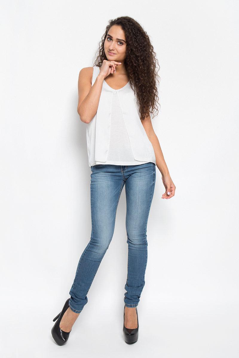 Блузка1034928.00.75_8210Стильная женская блузка Tom Tailor, выполненная из вискозы и полиэстера, обладает высокой теплопроводностью, воздухопроницаемостью и гигроскопичностью, позволяет коже дышать. Модель без рукавов и с V-образной горловиной. Изделие легкое, струящееся, что придает ему большей изящности и неповторимости. Спереди дополнено большим разрезом. Такая блузка станет стильным дополнением к вашему гардеробу, она подарит вам комфорт в течение всего дня!