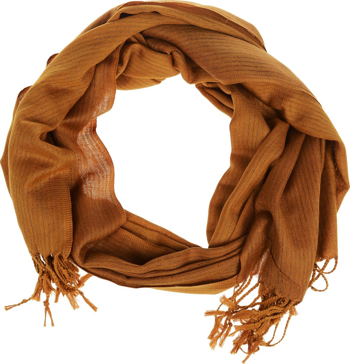 Шарф мужской. SCw-242/455-6302SCw-242/455-6302Элегантный мужской шарф Sela согреет вас в холодное время года, а также станет изысканным аксессуаром, который призван подчеркнуть ваш стиль и индивидуальность. Оригинальный теплый шарф выполнен из высококачественного полиэстера. Широкий шарф украшен бахромой в виде жгутиков по краю. Такой шарф станет превосходным дополнением к любому наряду, защитит вас от ветра и холода и позволит вам создать свой неповторимый стиль.