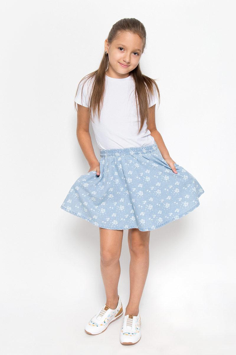 Юбка116BBGB6103Юбка для девочки Button Blue подойдет вашей маленькой моднице и станет отличным дополнением к ее гардеробу. Изготовленная из натурального хлопка, она мягкая и приятная на ощупь, не сковывает движения и позволяет коже дышать. Модель на поясе имеет широкую трикотажную резинку, регулируемую скрытым шнурком, благодаря чему юбка не сползает и не сдавливает животик ребенка. От линии талии заложены складочки, придающие изделию пышность. Спереди расположены два втачных кармана. Модель оформлена цветочным принтом по всей поверхности. В такой юбочке ваша маленькая принцесса будет чувствовать себя комфортно, уютно и всегда будет в центре внимания!