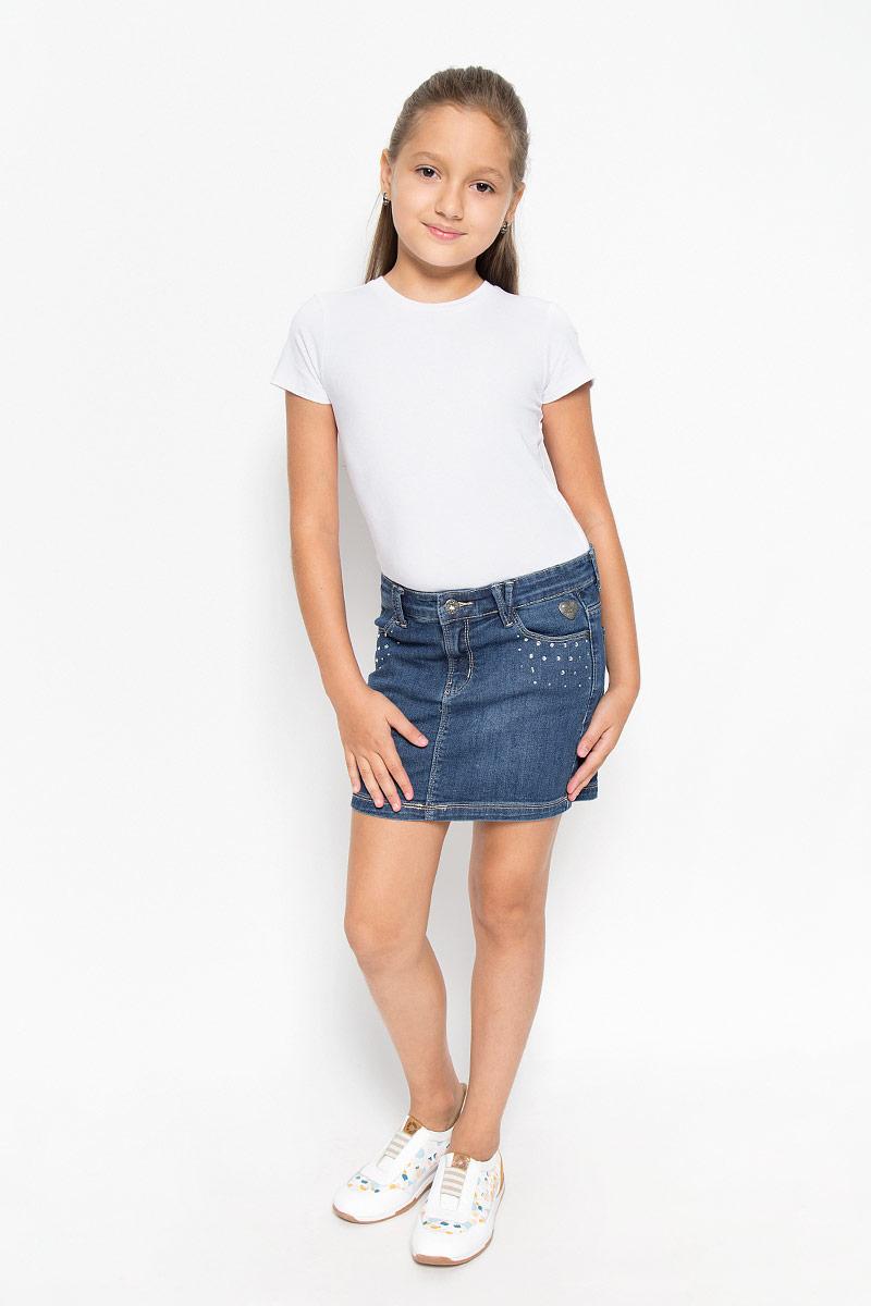 Юбка164005Джинсовая юбка Scool для девочки классического прямого кроя. Такая модель идеально подойдет вашей моднице для отдыха и прогулок. Изготовленная из эластичного хлопка, она необычайно мягкая и приятная на ощупь, не сковывает движения. Украшена модель стразами и металлической фурнитурой. Объем талии регулируется с помощью скрытой резинки на пуговицах. Имеются шлевки для ремня. Изделие дополнено двумя втачными карманами спереди и двумя накладными карманами сзади. Современный дизайн и актуальная расцветка делают эту юбку модным и стильным предметом детского гардероба. В ней ваша принцесса всегда будет в центре внимания!