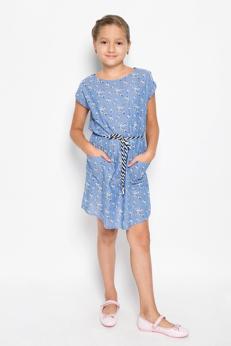 ПлатьеDs-617/029-6113Красивое платье для девочки Sela станет отличным дополнением к гардеробу вашей маленькой модницы. Изготовленное из натурального хлопка, оно мягкое и приятное на ощупь, не сковывает движения и позволяет коже дышать, обеспечивая наибольший комфорт. Платье с круглым вырезом горловины, без рукавов. Модель свободного кроя, по бокам дополнено двумя накладными карманами. Предусмотрены шлевки для пояса (пояс прилагается к платью). Модель оформлена цветочным принтом. В таком платье маленькая принцесса всегда будет в центре внимания!