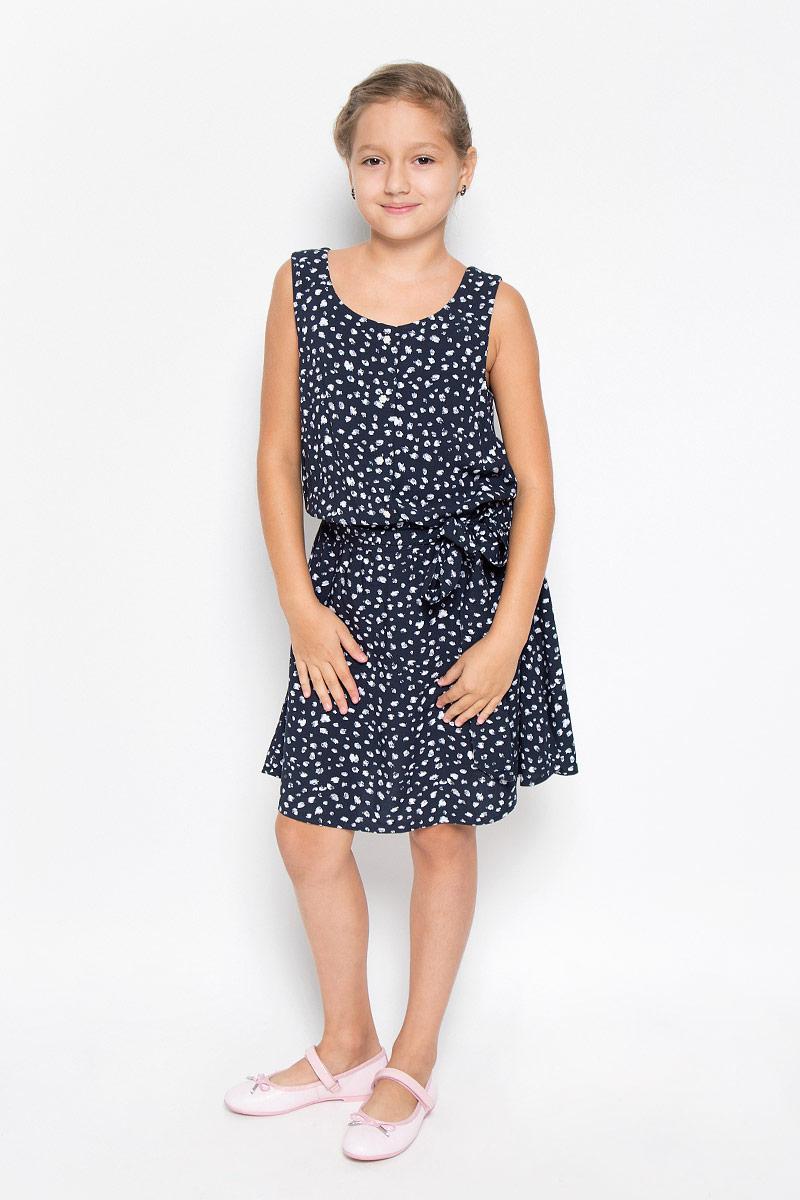 ПлатьеKS16-71047JЛегкое и красивое платье для девочки Finn Flare Kids станет отличным дополнением к гардеробу маленькой модницы. Изготовленное из высококачественной вискозы, оно мягкое и приятное на ощупь, не сковывает движения и хорошо пропускает воздух. Платье с круглым вырезом горловины выполнено в легком струящемся стиле. На модели завязывается пояс, а на талии платье удерживается с помощью вшитой резинки. Изделие оформлено контрастным принтом и на груди дополнено пуговицами-застежками в виде цветочка. В таком платье маленькая принцесса всегда будет в центре внимания!