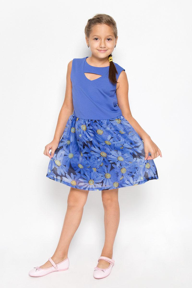 Платье для девочки. SSP1610-9SSP1610-9Оригинальное платье для девочки Nota Bene идеально подойдет юной моднице. Верх платья изготовлен из плотной эластичной ткани, низ - из тонкой полупрозрачной. Изделие приятное к телу, не стесняет движений и хорошо вентилируется. Подкладка платья выполнена из натурального хлопка. Платье с круглым вырезом горловины застегивается по спинке на скрытую молнию. От линии талии заложены складки, придающие изделию пышность и воздушность. Спереди модель украшена небольшим фигурным вырезом. Низ платья оформлен цветочным принтом. Стильное платье подойдет для праздничных мероприятий. В нем ваша принцесса всегда будет в центре внимания!