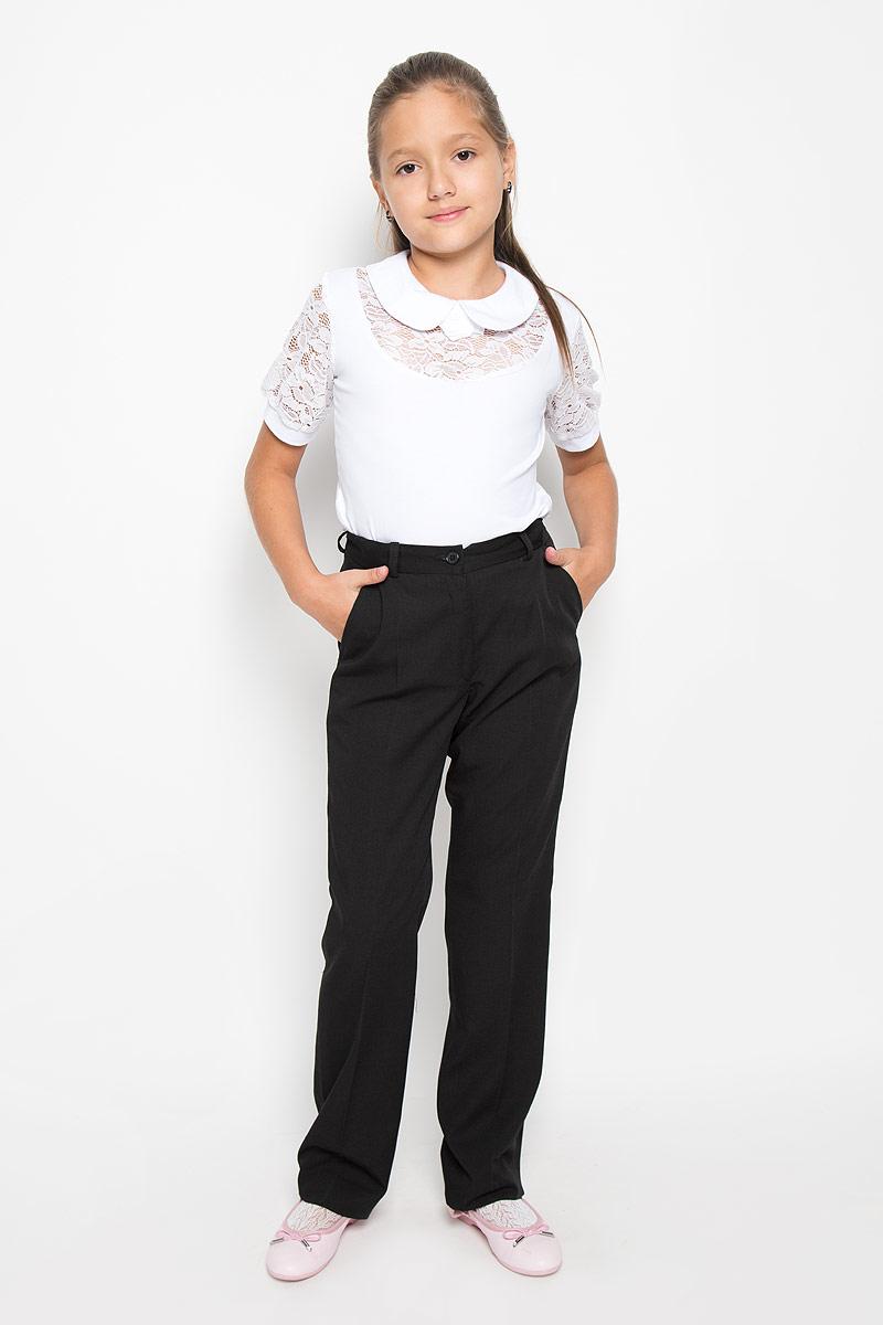 12.017903Стильные брюки для девочки BTC идеально подойдут для школы и повседневной носки. Изготовленные из плотного материала, они необычайно мягкие и приятные на ощупь, не сковывают движения и позволяют коже дышать, обеспечивая наибольший комфорт. Классические брюки с заутюженными стрелками прекрасно сидят и хорошо держат форму. Модель застегивается на пуговицу в поясе и ширинку на молнии, также предусмотрены шлевки для ремня. Объем пояса регулируется при помощи эластичной резинки с пуговицами. Спереди брюки дополнены двумя втачными карманами с косыми срезами. Такие брюки будут прекрасно сочетаться с различными блузками и пиджаками. Однотонные брюки классического покроя - отличный выбор для школьного гардероба.