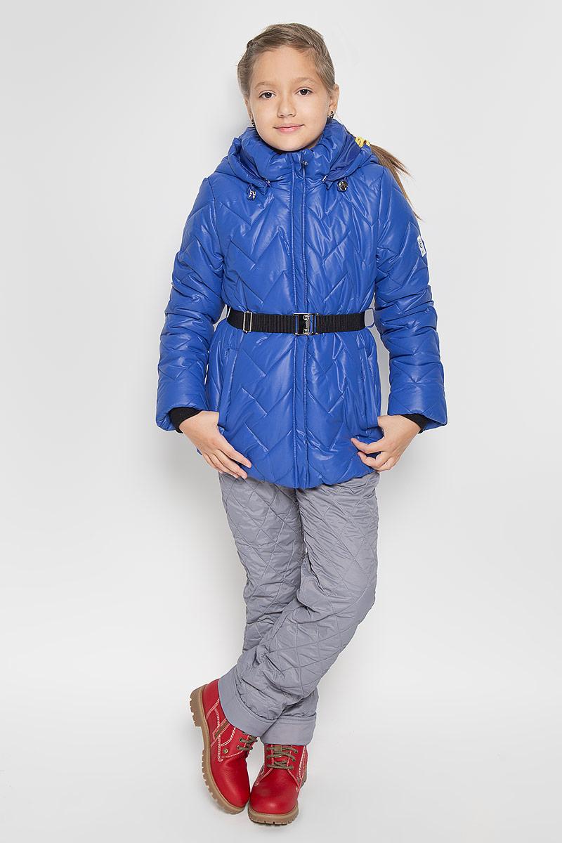 64054_BOG_вар.1Теплая стеганая куртка для девочки Boom! станет ярким дополнением к детскому гардеробу. Куртка изготовлена из полиэстера с утеплителем из синтепона. На подкладке используется мягкий флис, который хорошо сохраняет тепло. Куртка со съемным капюшоном и воротником-стойкой застегивается на пластиковую молнию и имеет внешнюю ветрозащитную планку. Капюшон по краю дополнен эластичным шнурком со стопперами. Он пристегивается к куртке при помощи пуговиц. Воротник присборен на резинку. На рукавах предусмотрены трикотажные манжеты контрастного цвета, препятствующие проникновению холодного воздуха. На талии куртка дополнена шлевками для ремня и пояском на металлической застежке, благодаря которому куртка плотно прилегает к телу. Спереди имеются два прорезных кармашка. По низу куртка собрана на резинку. Модель украшена светоотражающими нашивками с логотипом бренда. Комфортная, удобная и теплая куртка идеально подойдет для прогулок и игр на свежем...