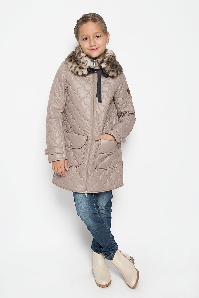 Пальто для девочки. 64338_BOG64338_BOG_вар.1Стильное стеганое пальто Boom! идеально подойдет для вашей принцессы в прохладное время года. Модель изготовлена из 100% полиэстера. Подкладка выполнена из полиэстера с добавлением вискозы. В качестве утеплителя используется синтепон - 100% полиэстер. Пальто с отложным воротником застегивается на застежку-молнию. Модель дополнена съемной горжеткой из искусственного меха, которая пристегивается в пальто с помощью пуговицы. Горжетка оснащена двумя ленточками. Спереди изделие дополнено двумя накладными карманами, украшенными декоративными клапанами с заклепками. Манжеты рукавов дополнены хлястиками с застежками-кнопками. Один из рукавов оформлен фирменной нашивкой, низ спинки - фирменной светоотражающей нашивкой. Такое стильное пальто станет прекрасным дополнением гардеробу вашей девочки, оно подарит комфорт и тепло.