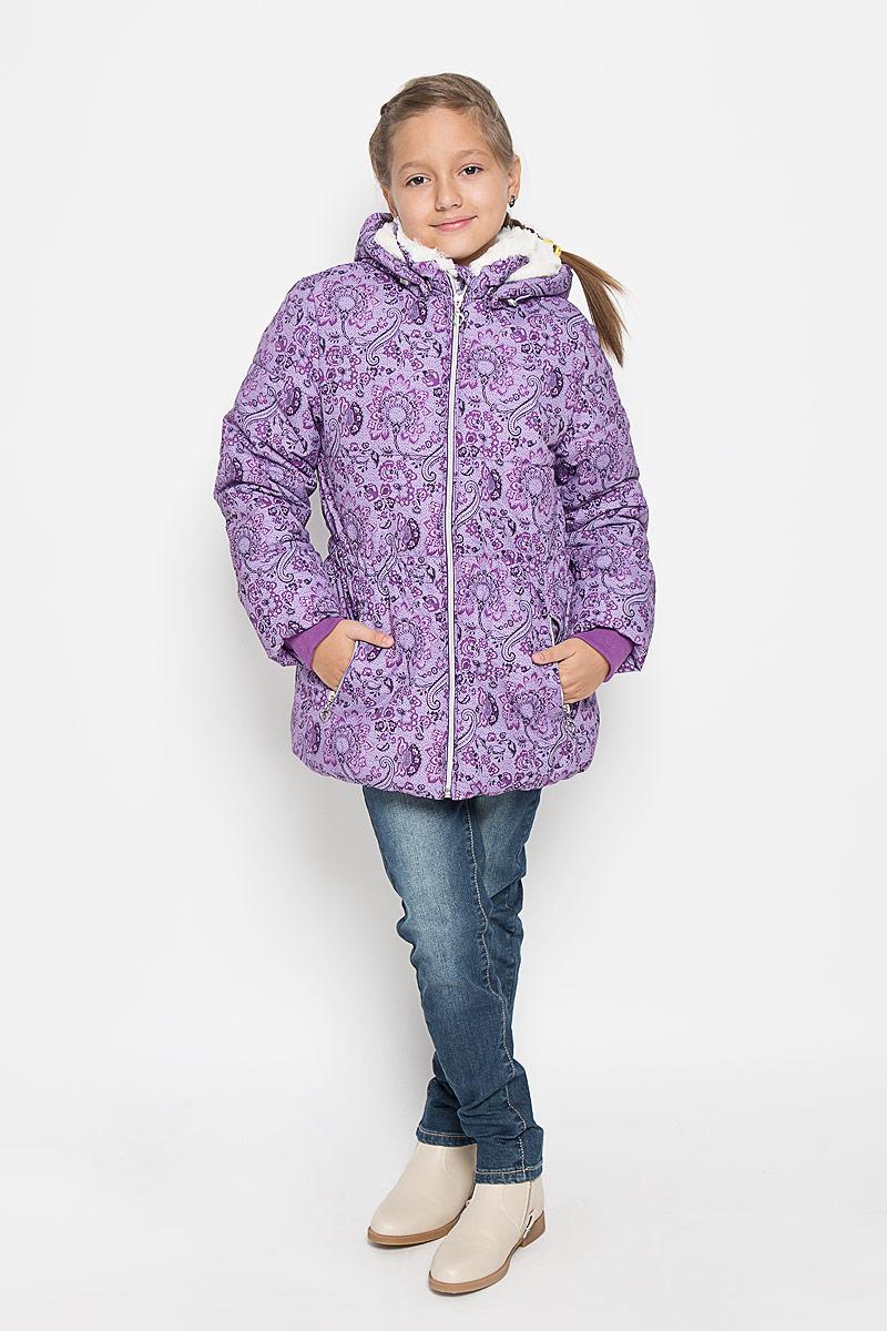 Куртка для девочки. Cp-626/631-6312Cp-626/631-6312Прелестная куртка Sela идеально подойдет для вашей принцессы в прохладное время года. Модель изготовлена из 100% полиэстера и оформлена оригинальным цветочным принтом. Мягкая подкладка и утеплитель из 100% полиэстера не дадут вашей девочке замерзнуть. Куртка с воротником-стойкой застегивается на застежку-молнию. Съемный капюшон, фиксирующийся с помощью кнопок, дополнен эластичным шнурком со стопперами. Глубина капюшона регулируется при помощи хлястика с . На талии модель присборена эластичными резинками. Нижняя часть подкладки дополнена вставкой на кнопках и с эластичной резинкой для более плотного прилегания ее к телу. Изделие дополнено спереди двумя прорезными карманами с застежками-молниями. Манжеты рукавов дополнены трикотажными напульсниками. Нижняя часть модели присборена эластичными резинками. Такая стильная куртка станет прекрасным дополнением гардеробу вашей девочки, она подарит комфорт и тепло.