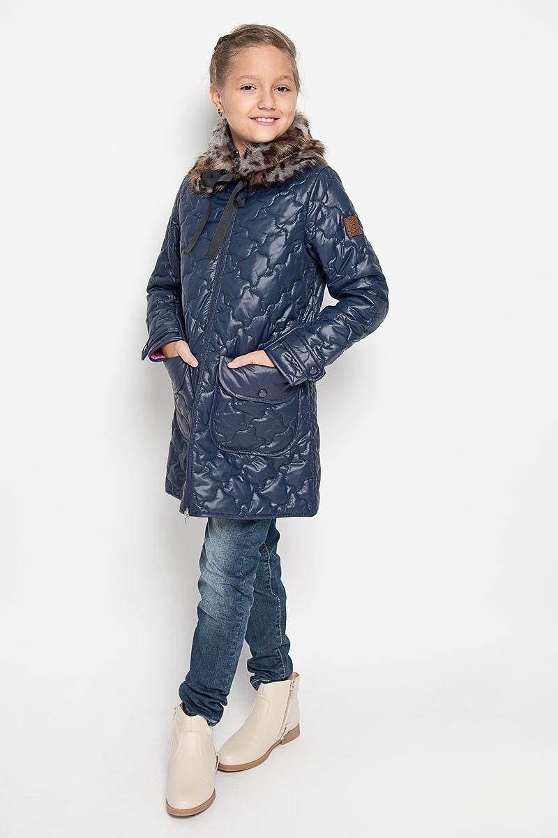 64338_BOG_вар.1Стильное стеганое пальто Boom! идеально подойдет для вашей принцессы в прохладное время года. Модель изготовлена из 100% полиэстера. Подкладка выполнена из полиэстера с добавлением вискозы. В качестве утеплителя используется синтепон - 100% полиэстер. Пальто с отложным воротником застегивается на застежку-молнию. Модель дополнена съемной горжеткой из искусственного меха, которая пристегивается в пальто с помощью пуговицы. Горжетка оснащена двумя ленточками. Спереди изделие дополнено двумя накладными карманами, украшенными декоративными клапанами с заклепками. Манжеты рукавов дополнены хлястиками с застежками-кнопками. Один из рукавов оформлен фирменной нашивкой, низ спинки - фирменной светоотражающей нашивкой. Такое стильное пальто станет прекрасным дополнением в гардеробу вашей девочки, оно подарит комфорт и тепло.