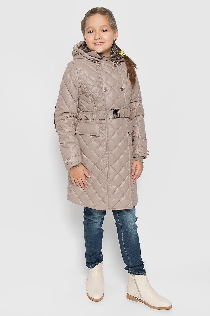 64051_BOG_вар.1Стеганое пальто для девочки Boom!, изготовленное из полиэстера, станет стильным дополнением к детскому гардеробу. Материал приятный на ощупь, позволяет коже дышать, легко стирается, быстро сушится. Комбинированная подкладка выполнена из полиэстера и вискозы, содержит мягкие флисовые вставки. В качестве утеплителя используется синтепон 200 г/м2. Модель со съемным капюшоном и воротником-стойкой застегивается на пластиковую молнию и дополнительно имеет внешнюю ветрозащитную планку на кнопках. Капюшон по краю снабжен затягивающимся шнурком со стопперами. Капюшон пристегивается к пальто при помощи пуговиц. Манжеты на рукавах выполнены из мягкой трикотажной резинки. Рукава украшены декоративными хлястиками с застежками-кнопками. На талии модель дополнена шлевками для ремня и эластичным пояском с металлической пряжкой, благодаря которому она плотно прилегает к телу. По бокам расположены втачных кармана. Спереди имеется имитация карманов с клапанами. Интересный...