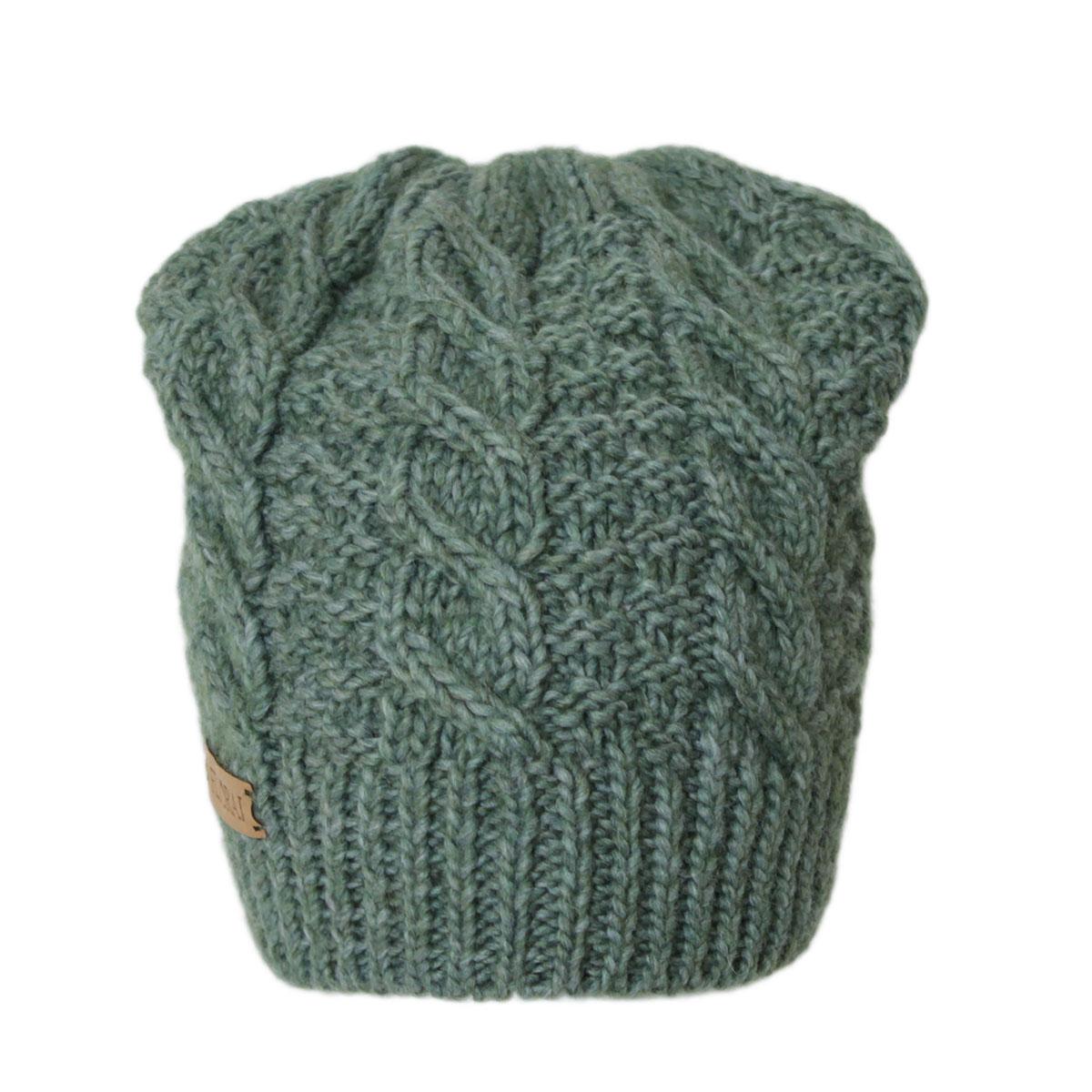 306FJТеплая шапка Flioraj выполнена из овечьей шерсти и шерсти горной альпаки с добавлением полиакрила и вискозы. Модель имеет крупную плотную вязку, оформлена оригинальным вязаным рисунком и декорирована фирменным кожаным логотипом. Уважаемые клиенты! Размер, доступный для заказа, является обхватом головы.