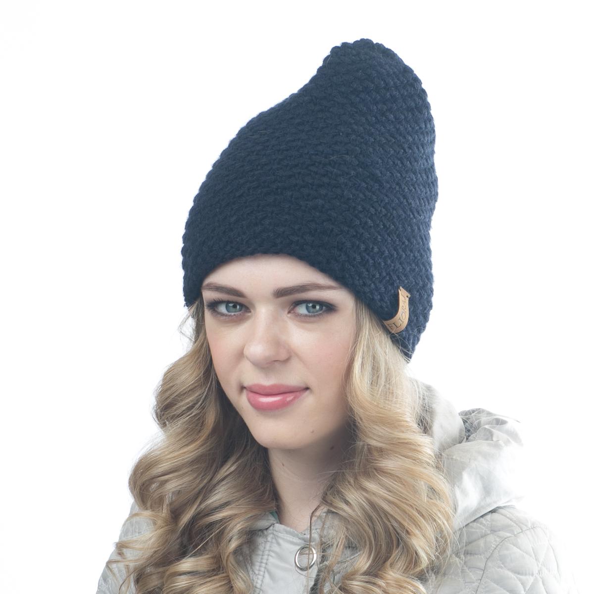 05FJТеплая двойная шапка Flioraj выполнена из овечьей шерсти и шерсти горной альпаки с добавлением нейлона, полиамида и вискозы. Модель имеет крупную плотную вязку, оформлена оригинальным вязаным рисунком и декорирована фирменным кожаным логотипом. Уважаемые клиенты! Размер, доступный для заказа, является обхватом головы.