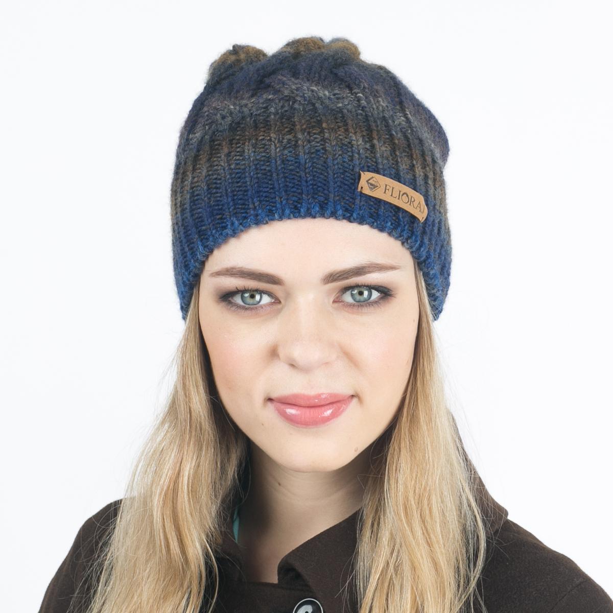 010FJТеплая шапка Flioraj выполнена из овечьей шерсти и шерсти горной альпаки с добавлением акрила и нейлона. Модель имеет крупную плотную вязку, оформлена оригинальным вязаным рисунком и декорирована фирменным кожаным логотипом. Уважаемые клиенты! Размер, доступный для заказа, является обхватом головы.