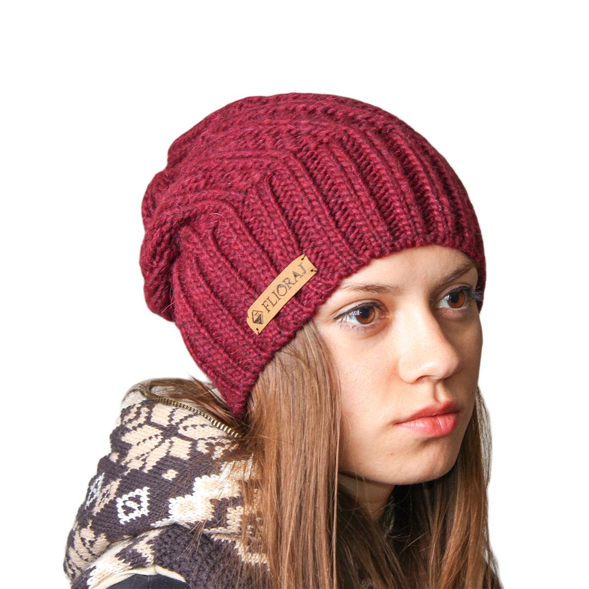 Шапка женская. 011FJ011FJТеплая шапка из овечьей шерсти и шерсти горной альпаки. Выполнена модной рельефной вязкой. Украшена нашивкой из натуральной кожи. Поднимет настроение и отлично согреет в холодную погоду.