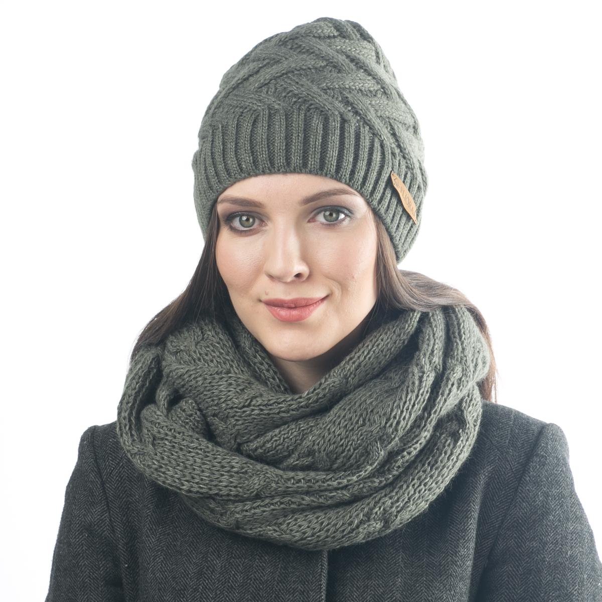 Шапка женская. 012FJ012FJТеплая шапка, выполненная модной рельефной вязкой. Украшена нашивкой из натуральной кожи. Поднимет настроение и отлично согреет в холодную погоду.