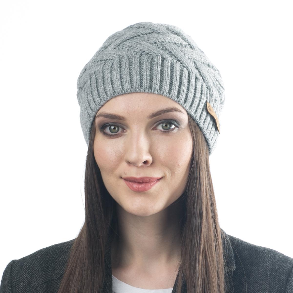 Шапка012FJТеплая шапка Flioraj выполнена из овечьей шерсти и шерсти горной альпаки с добавлением нейлона, полиамида и вискозы. Модель имеет крупную плотную вязку, оформлена оригинальным вязаным рисунком и декорирована фирменным кожаным логотипом. Уважаемые клиенты! Размер, доступный для заказа, является обхватом головы.