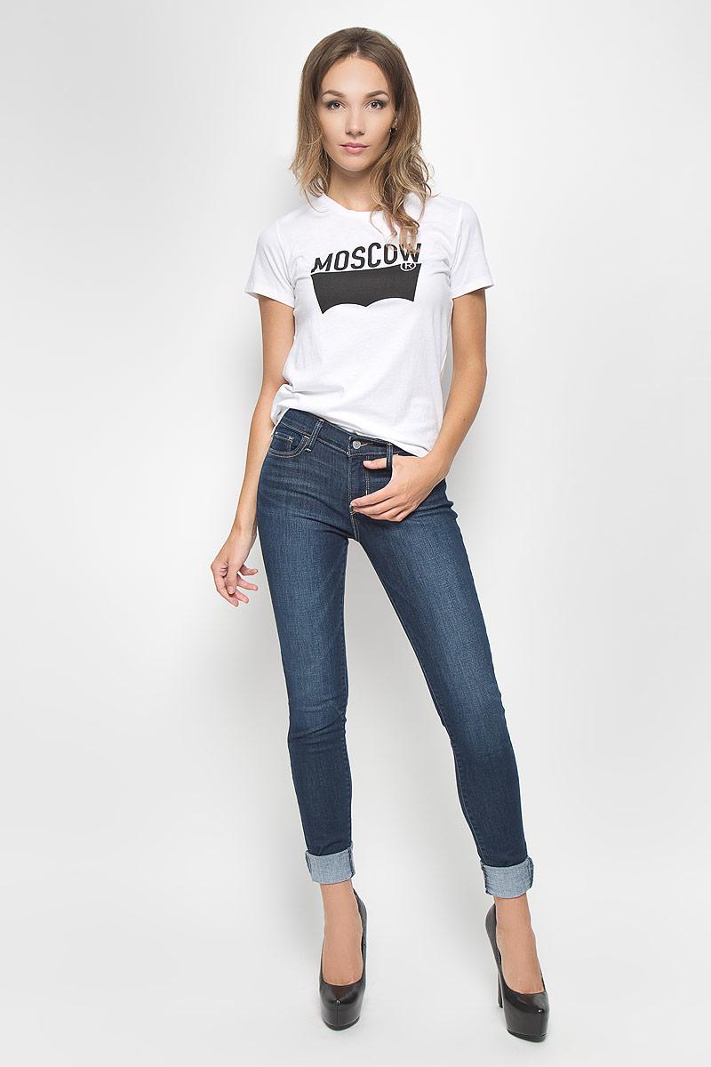 1736900890Женская футболка Levis®, выполненная из натурального хлопка, поможет создать отличный современный образ в стиле Casual. Футболка с круглым вырезом горловины и короткими рукавами. Спинка изделия немного удлинена. Модель оформлена принтом в виде надписи Moscow. Такая футболка станет стильным дополнением к вашему гардеробу, она подарит вам комфорт в течение всего дня!